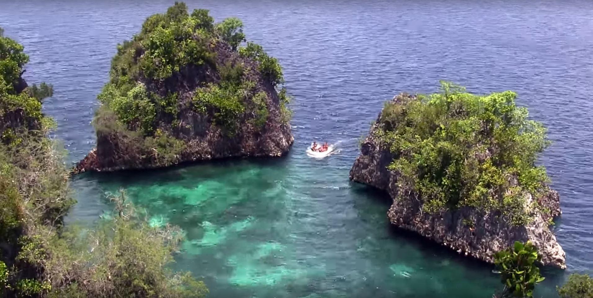 scuba diving raja ampat liveaboard sailboat cruising